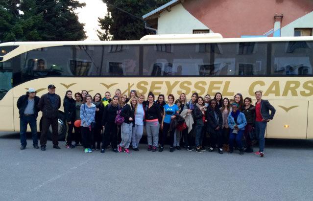 les jeunes à Pula devant le bus au moment du retour vers Seyssel